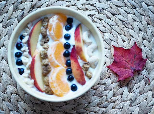 PA096501weekend.jpg, autumn, fall, syksy, vuodenaika, season, food, ruoka, ideas, vinkit, tips, syksy kulho, syksyinen kulho, syksyinen smoothie bowl, autumn bowl, fall bowl, colorful, tasty, värikäs, maukas, autumn days, syys päivät, rahka, quark, koristelu, decoration, vaahteranlehti, maple leaf,  blueberries, apple, mustikka, omena, mulperi marja, mulberry berry, mandarin, cashew nuts,
