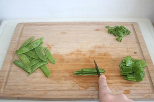 24 - Zuckerschoten zerschneiden / Cut sugar snaps