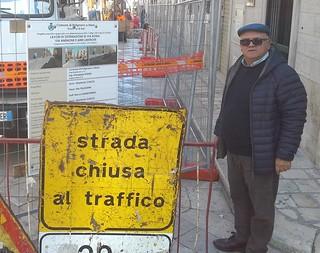 Salvatore Colella presidia i lavori in corso in Via Roma