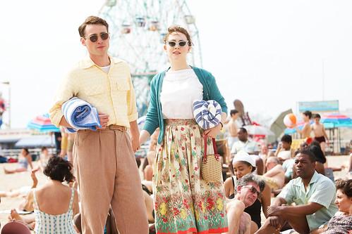 映画『ブルックリン』よりモリー・コーエン(左)とシアーシャ・ローナン(右) ©2015 Twentieth Century Fox. All Rights Reserved.