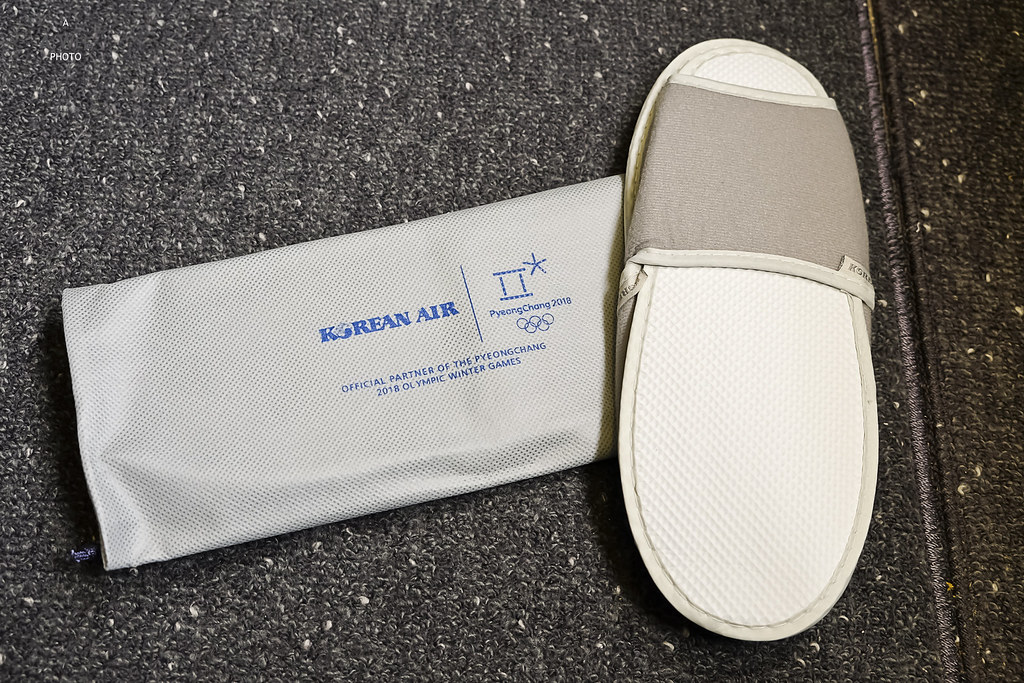Slippers with reusable shoe bag
