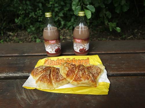 Käsecroissants und Kakao (am Teich südlich von Hagen a.T.W. bei Motorradrunde)
