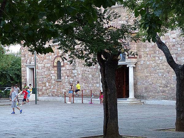 jeux d'enfants devant une église à Panormou