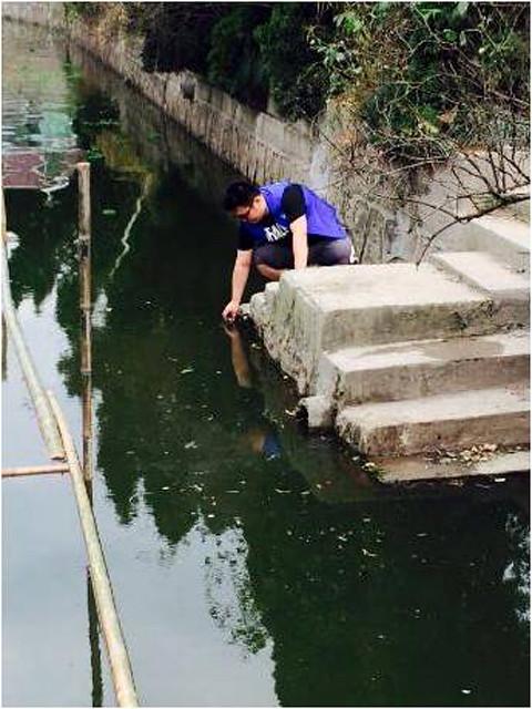 नदी के पानी से लिया जा रहा नमूना
