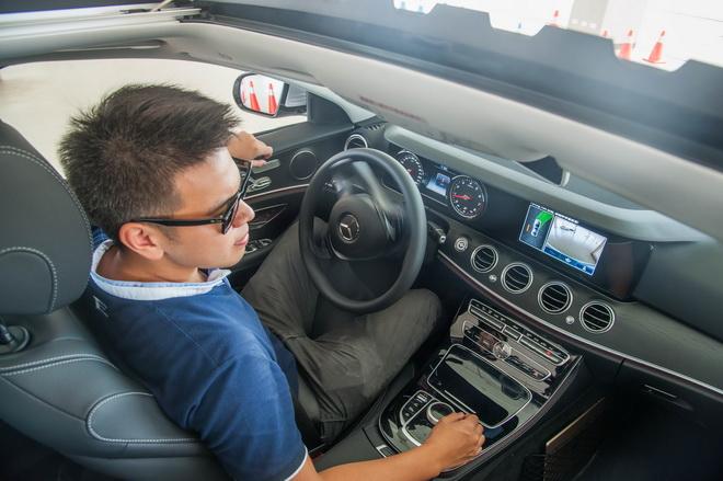 The new E-Class的智能停車輔助系統,不需人為操控方向盤或油門煞車,短短時間即可自動將車輛停妥