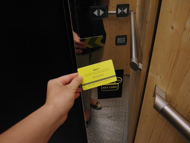 除了一二樓以外,通往各樓層有樓層管制,需要先過卡才能按電梯@雀客旅館CHECK INN