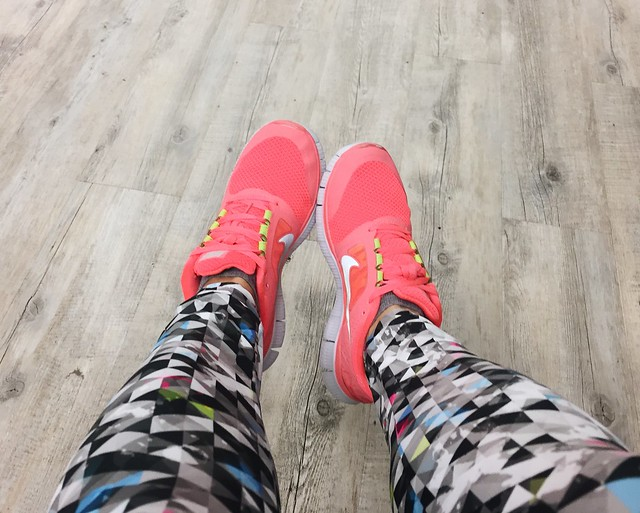 gym outfit, kuntosali asu, saliasu, outfit, asu, vaatteet, clothes, costume, asusteet, accessories, training, treenata, kuntosali, liikunta, sport, treenit, urheilu, workout, fitness, fitness 24 seven, nike training shoes, gym shoes, sali kengät, naisten, women, bright neon nike shoes, pink orange neon training shoes, biancaneve pants, training pants, saliasusteet, salihousut, gym gloves, salikäsineet, harbinger salikäsineet gym gloves, h&m toppi top, musta toppi, sport top, nike sneakers, harbinger gym gloves, kuvioidut housut, patterned pants, bright colorful clothes, kirkkaat värikkäät vaatteet,