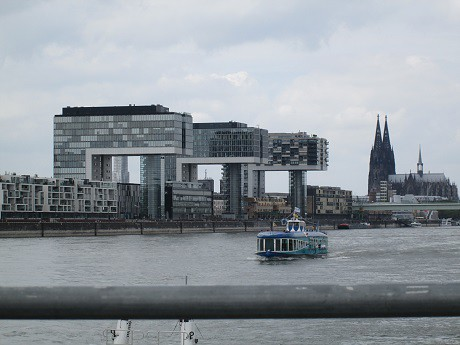 Blick vom Schiff auf Kranhäuser und Kölner Dom