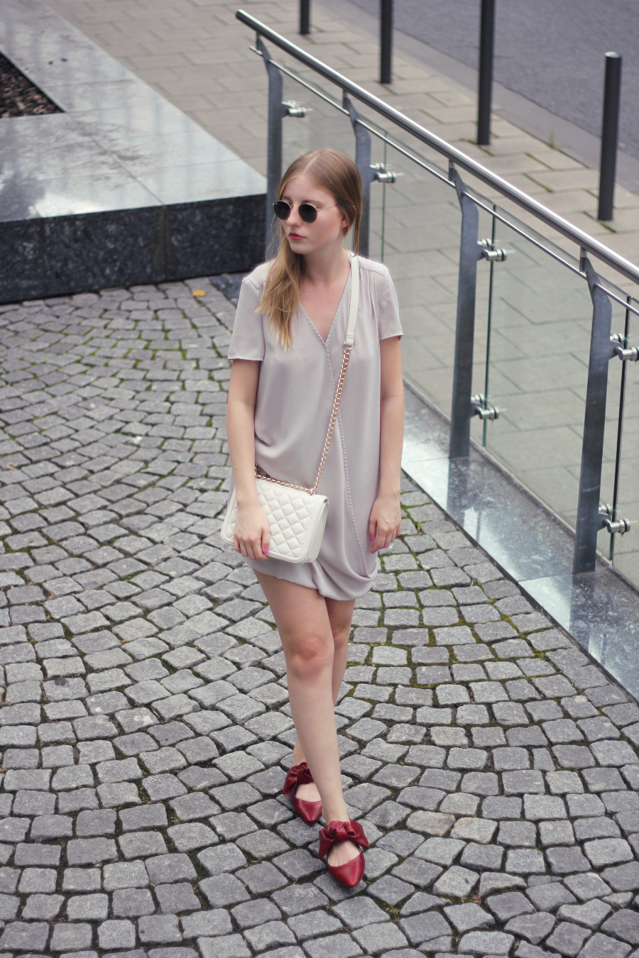 outfit pale skin girl city summer look white grey dress red slippers cream bag gold chain ray ban round sunglasses