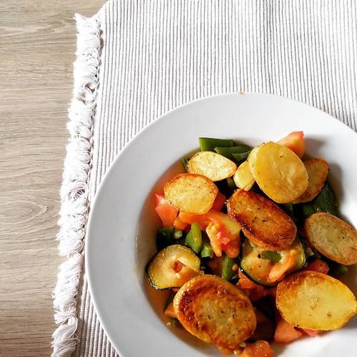 Gebakken patatjes 😍 met boontjes, tomaat en courgetteschijfjes met look 🍅 #currentlyeating #foodstagram