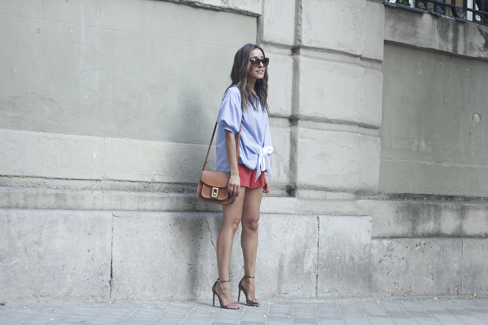 striped blouse bow shorts sunnies summer outfit heels accessories brown bag06