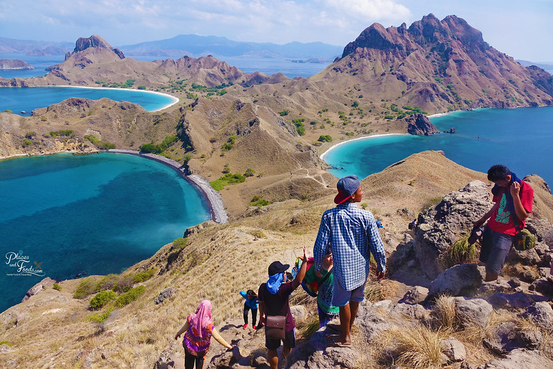 padar island top view climbing down