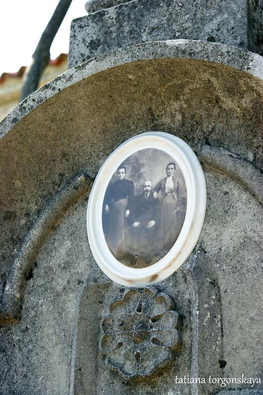 Старое фото на надгробии