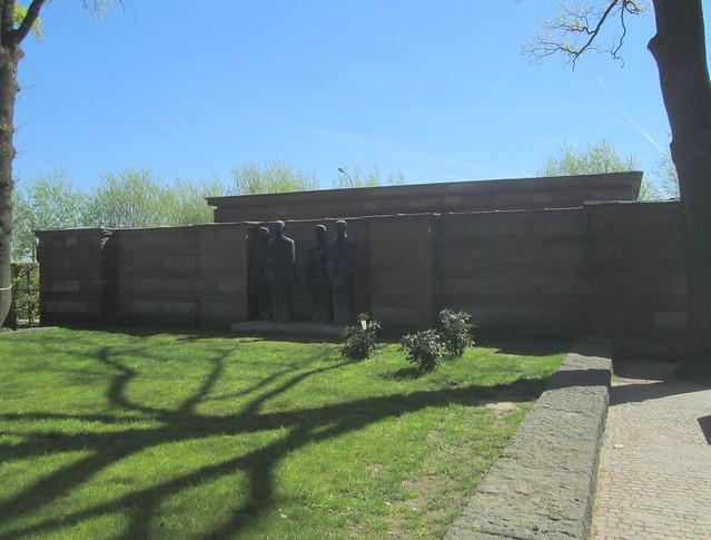 Langemark War Cemetery, Statues