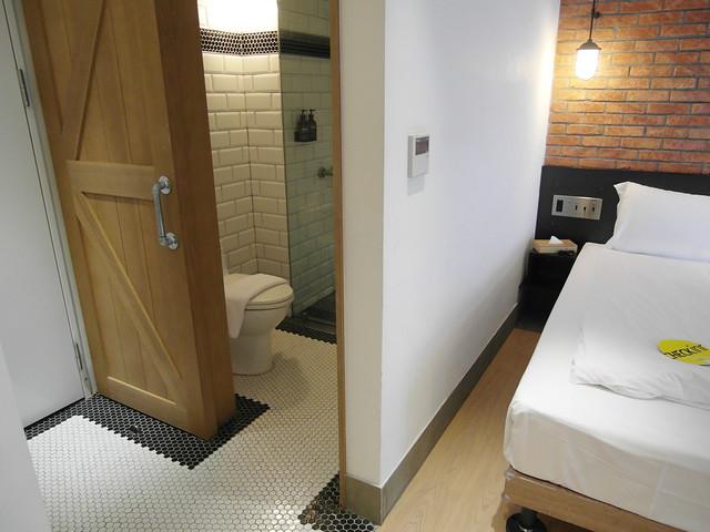 浴廁門片是穀倉門,滑開來背後就是全身鏡@雀客旅館CHECK INN
